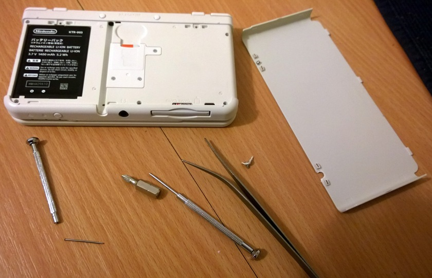 Casualties: One screwdriver, one pair of tweezers, one rear faceplate (white), one utter prick of a screw